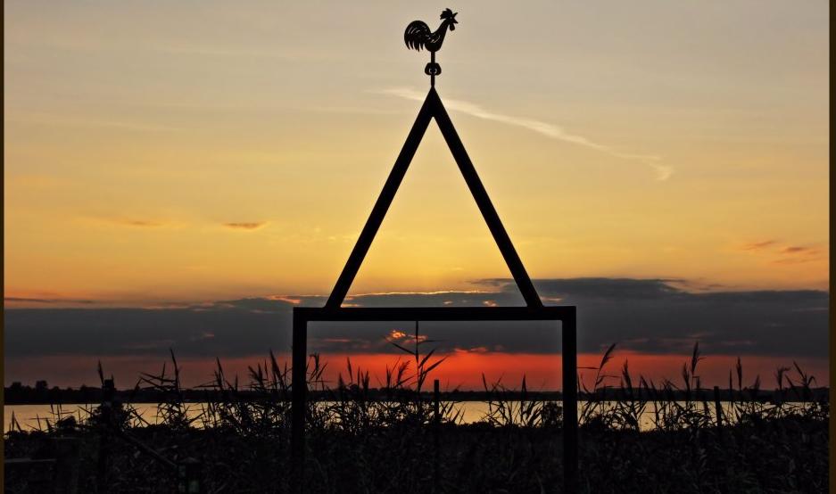 De Kerktoren bij zonsopkomst